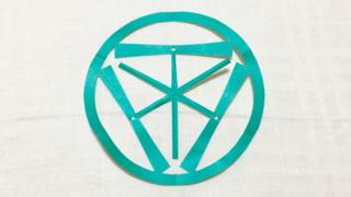 中輪に三つ竹蜻蛉(ちゅうわにみつたけとんぼ)の家紋切り紙